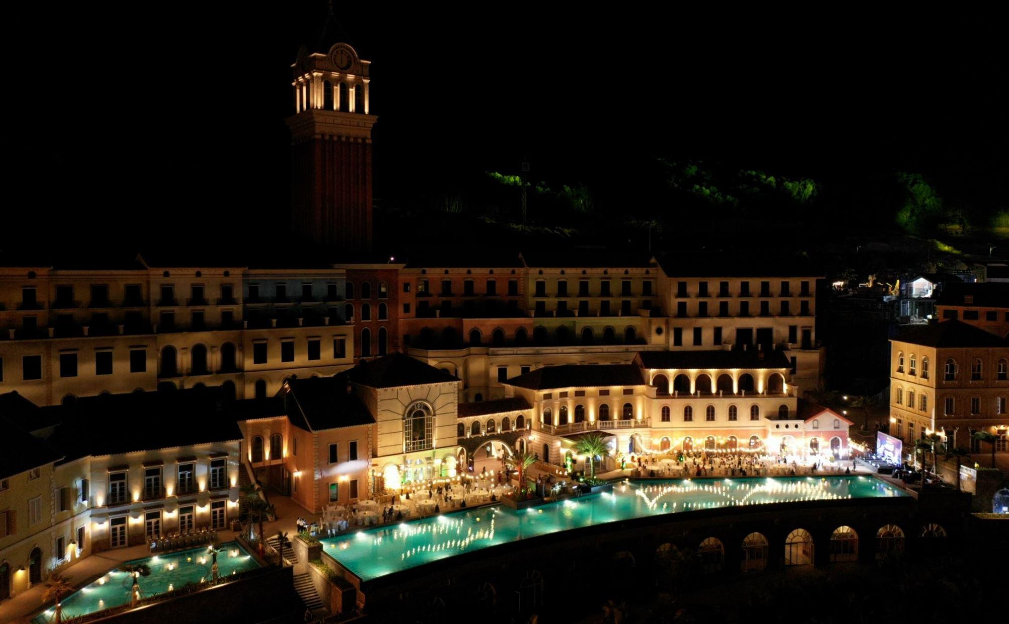 Thị Trấn Địa Trung Hải lung linh khi đêm về
